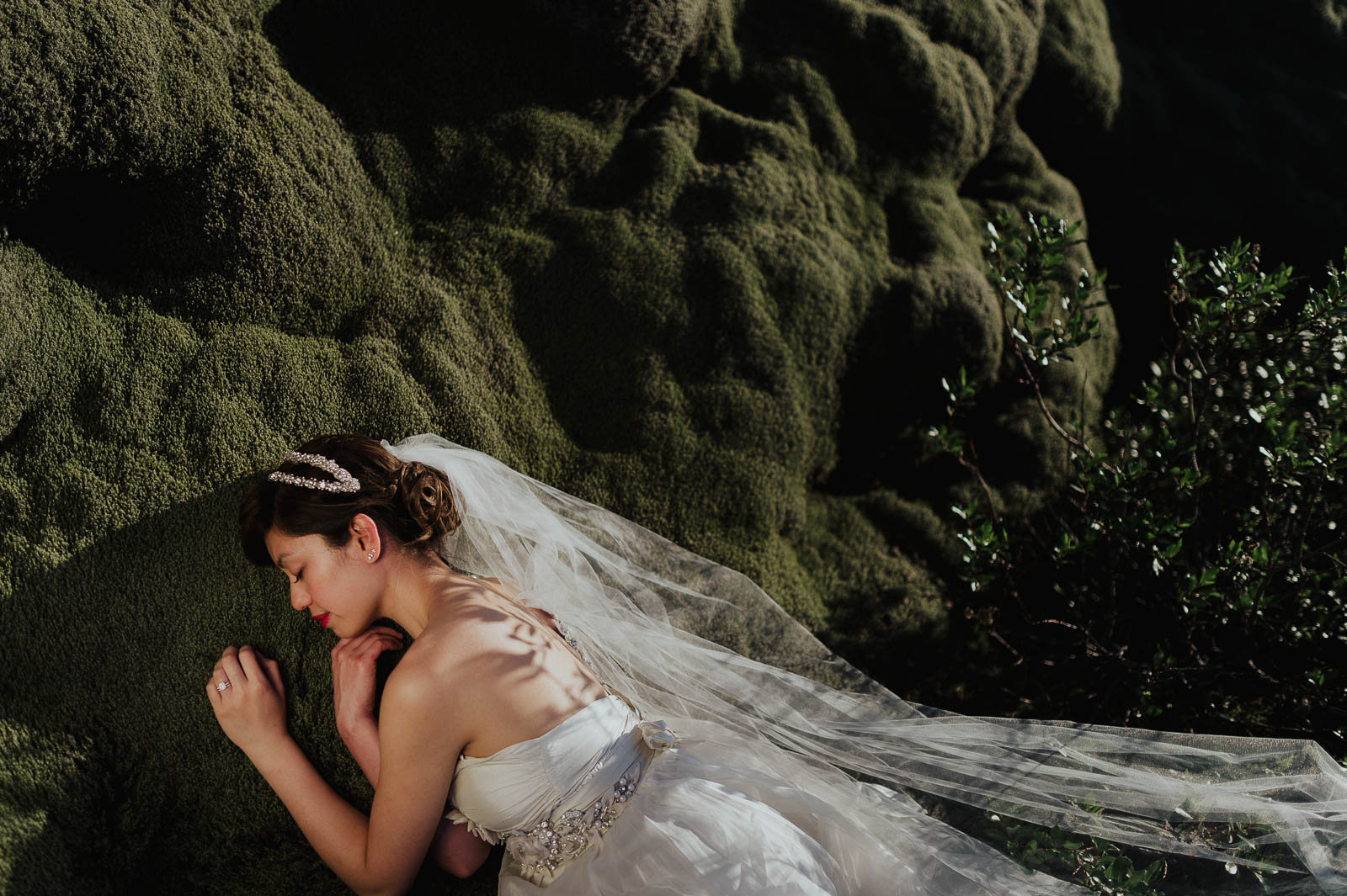 72-iceland-elopement-bride-at-moss-field