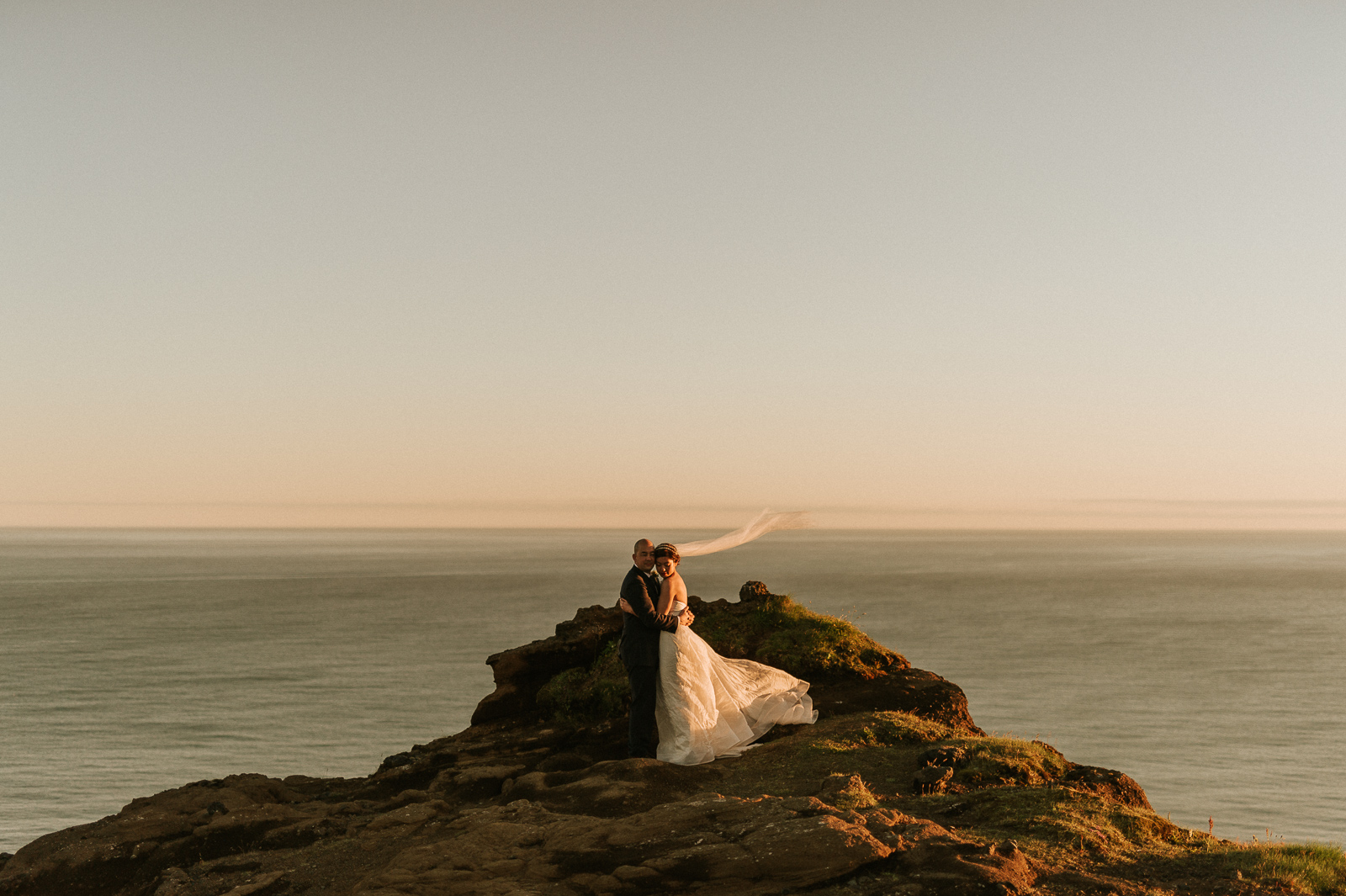 81-iceland-elopement-gliff-wedding-couple-vik