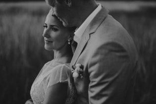 Pruutpaar seismas heinapõllul Hiiumaal pulmafotograaf Mait Jüriado