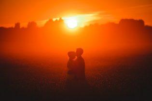 Pruutpaar viljapõllus päikeseloojangul pulmafotograaf Mait Jüriado
