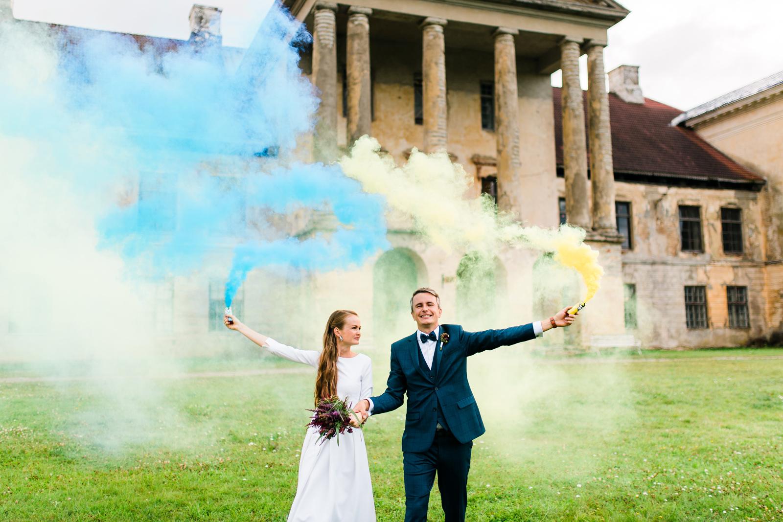 Pruut ja peigmees hoidmas tossupomme Kolga Mõis pulmafotograaf