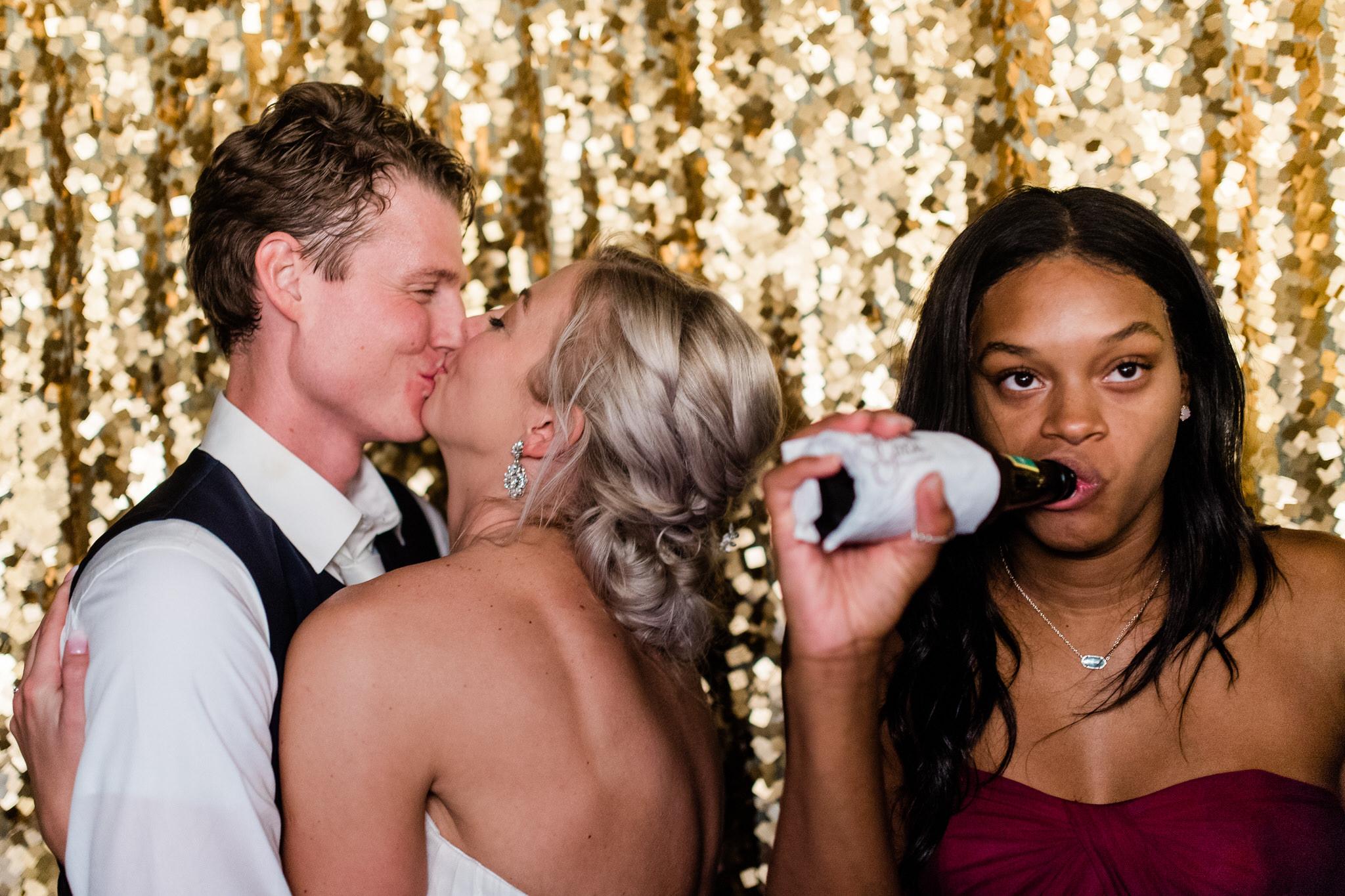 Pruut ja peigmees fotoboothis koos sõbraga kes fotobombib pilti 10 parimat nõuannet pulmadeks