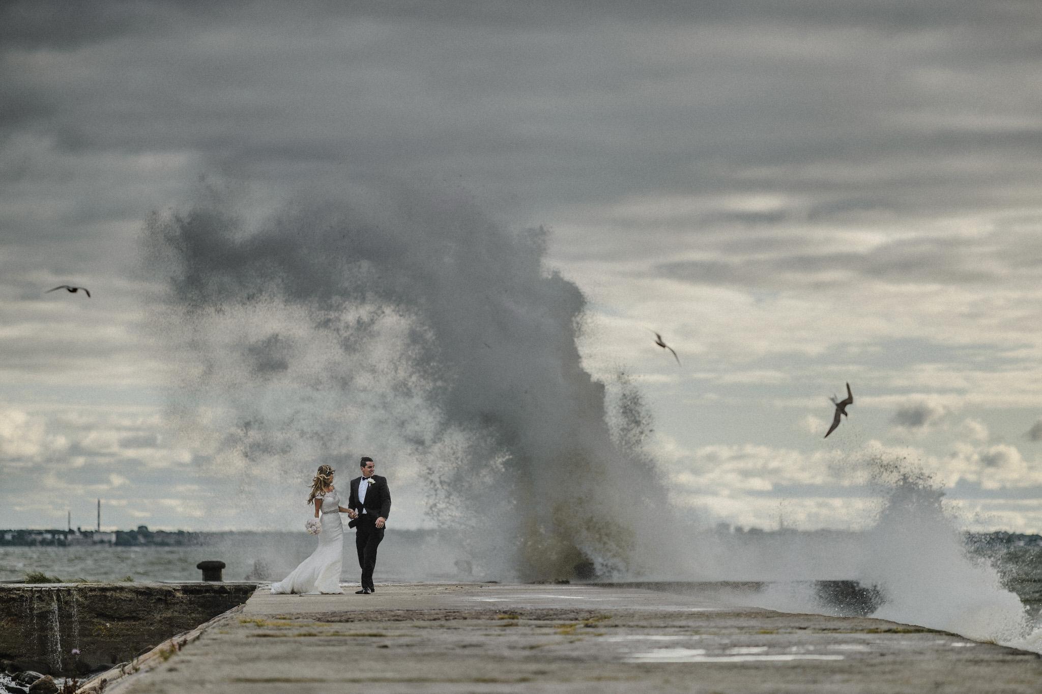 Pruut ja peigmees Tallinnas Pirita teel muuli peal tormisel päeval 10 parimat nõuannet pulmadeks