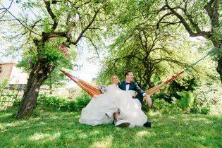 Pruutpaar Kalamajas Tallinnas võrkkiiges istumas pulmafotograaf