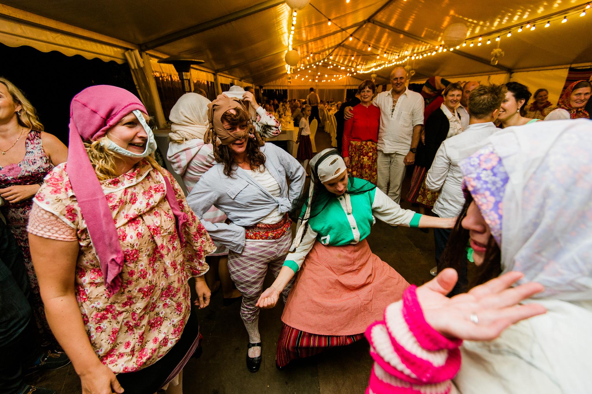 Pulmatants traditsiooniline Kihnu pulm naised värvilistes riietes 10 parimat nõuannet pulmadeks