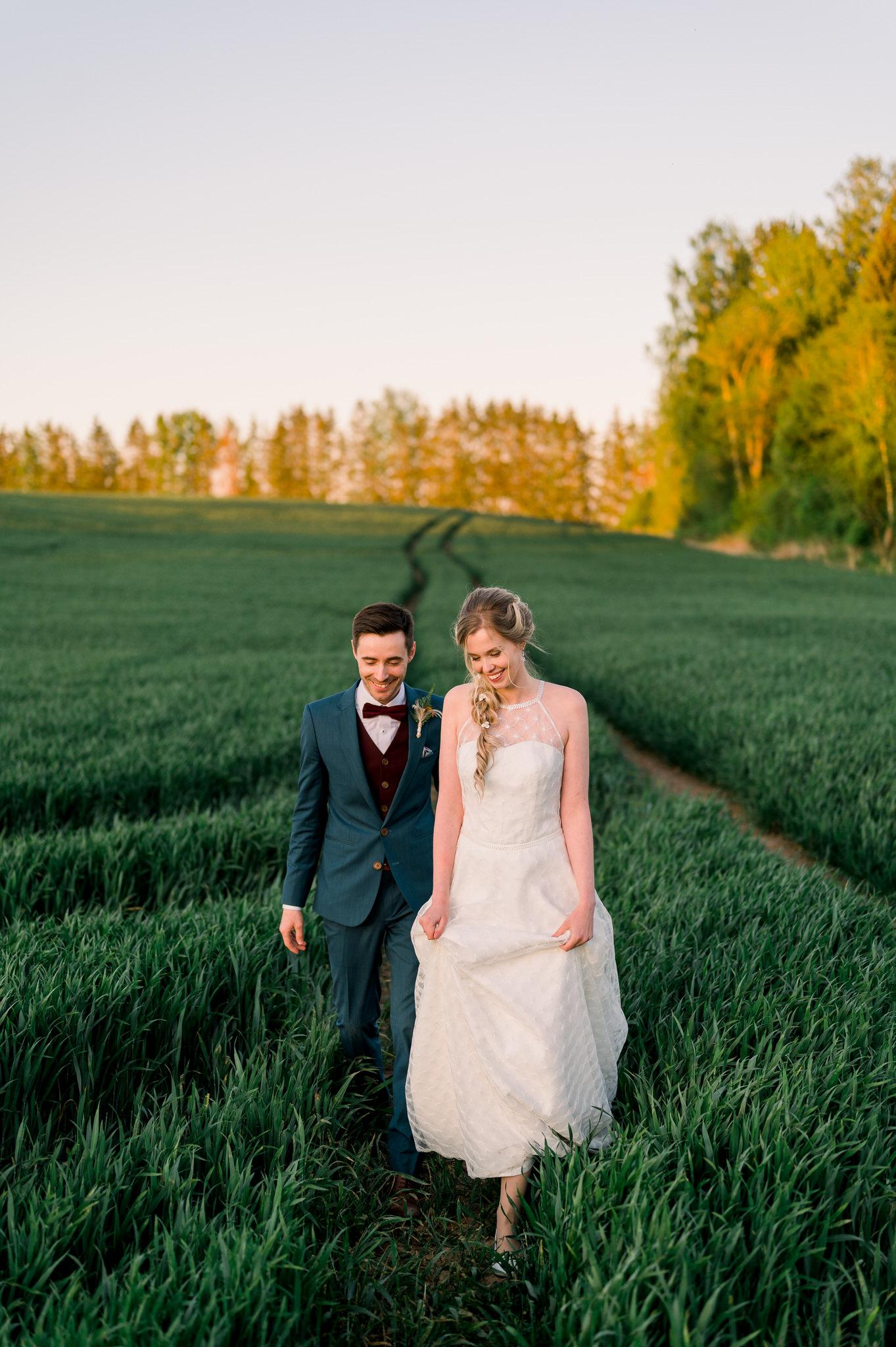Pruut ja peigmees jalutavad viljapõllul